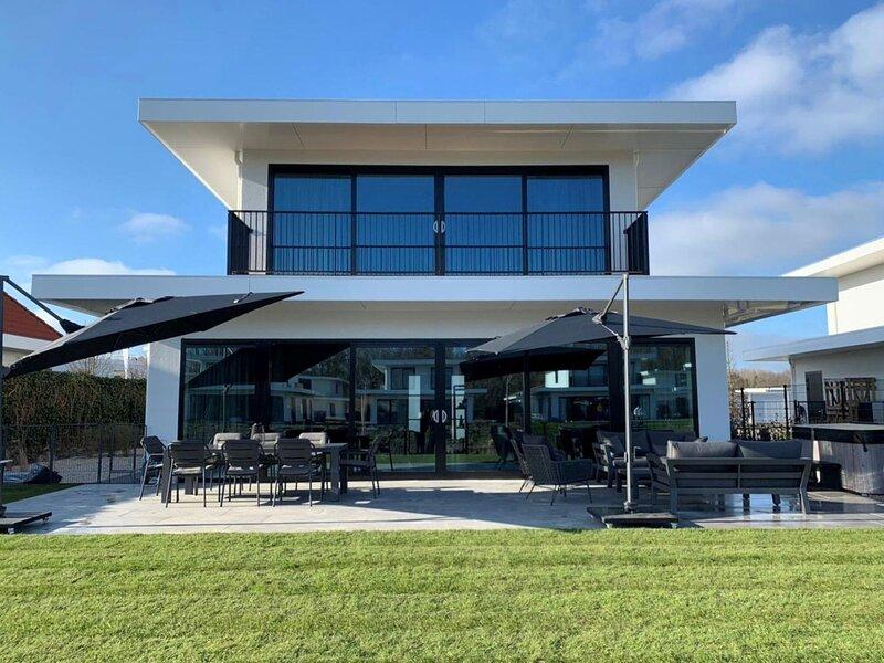 Modern villa in Zeewolde with a Jacuzzi and Infrared Sauna, location de vacances à Province de Flevoland