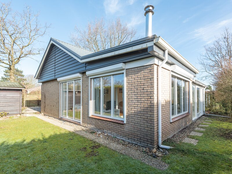Attractive house with a sunny garden located near the Veerse Meer, vakantiewoning in Kortgene