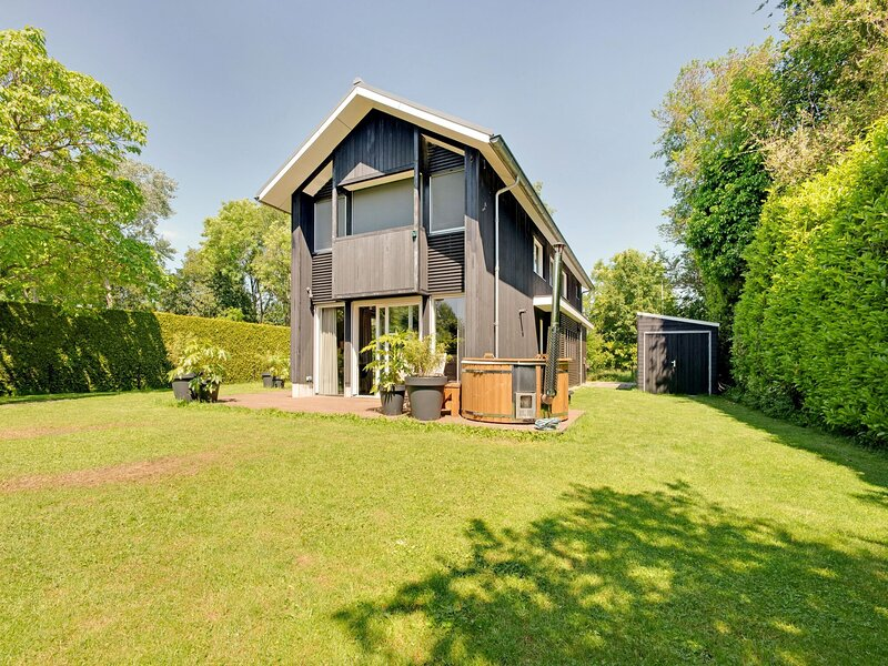 Large holiday home in Friesland with a hot tub, vacation rental in Earnewald