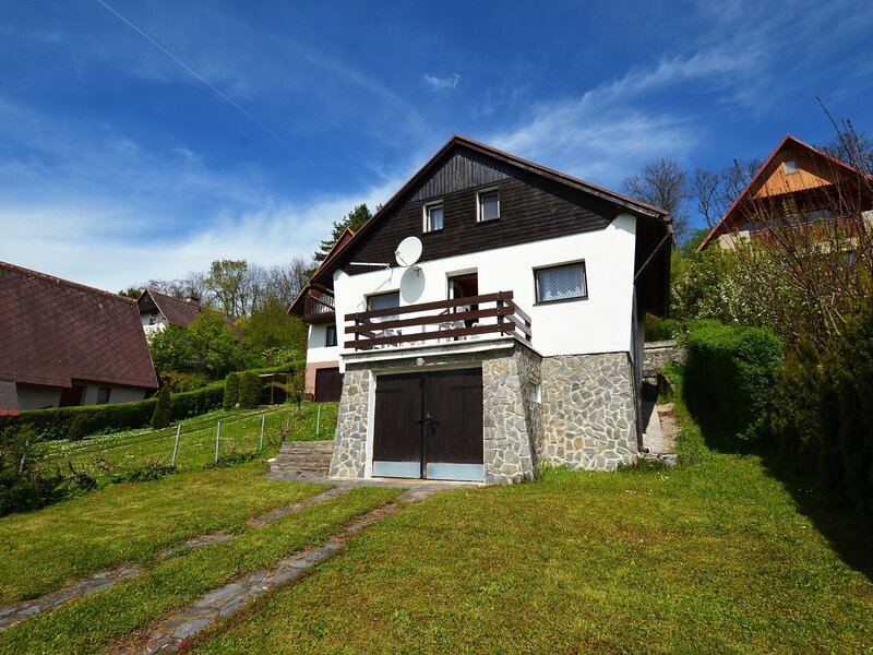 Detached cottage with fireplace, only 80 meters from the river Ohre, holiday rental in Prackovice nad Labem