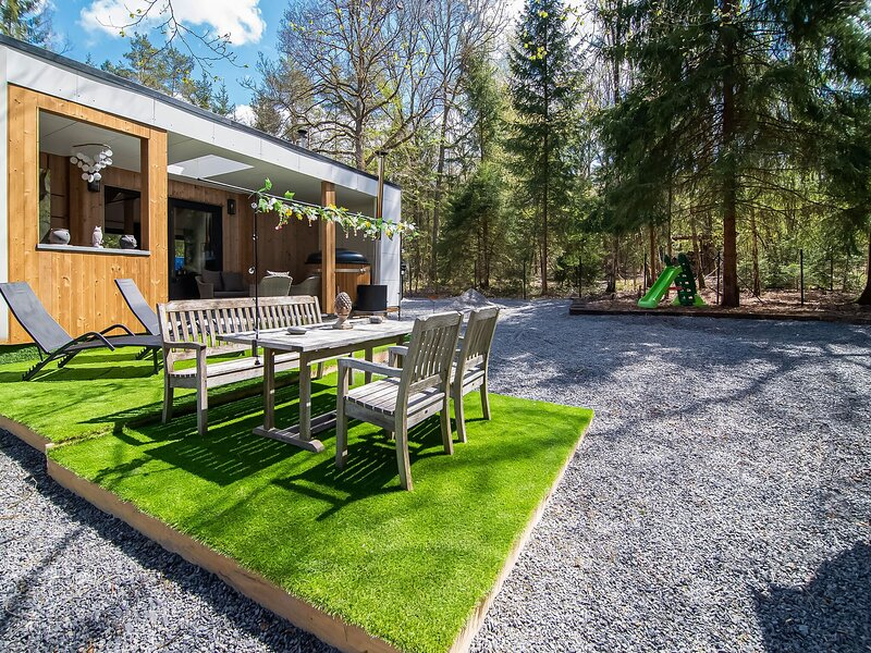 Amazing chalet in Erezée with fenced garden and terrace, holiday rental in Marenne