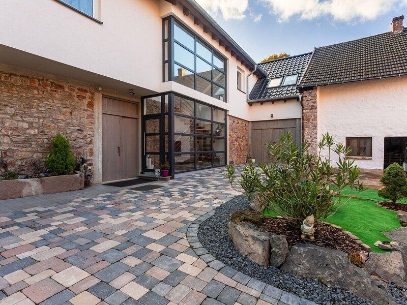 Snug Apartment in Birresborn with Garden, casa vacanza a Mürlenbach