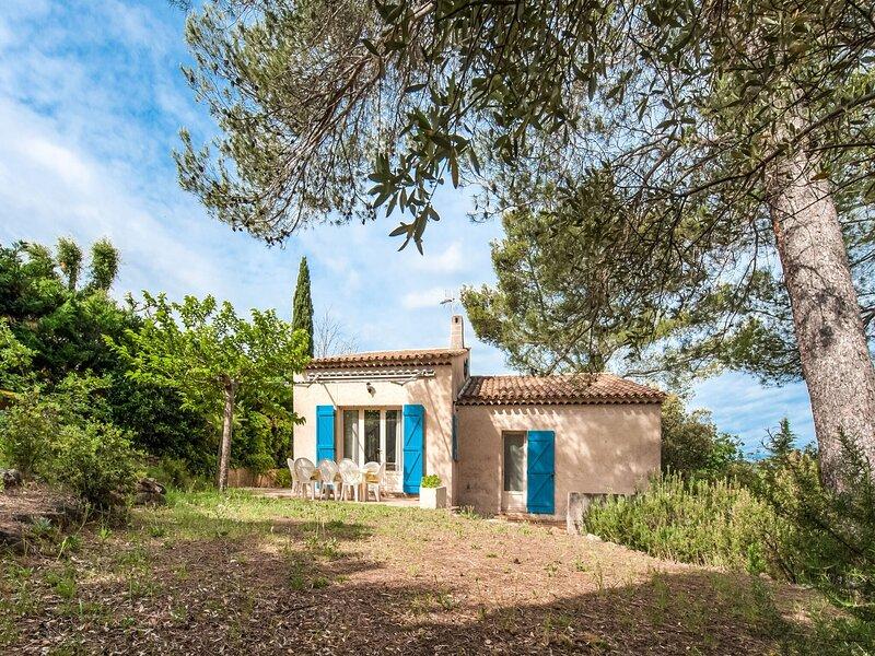 Snug Villa in Provence-Alpes-Côte dAzur with Private Garden, holiday rental in Taradeau
