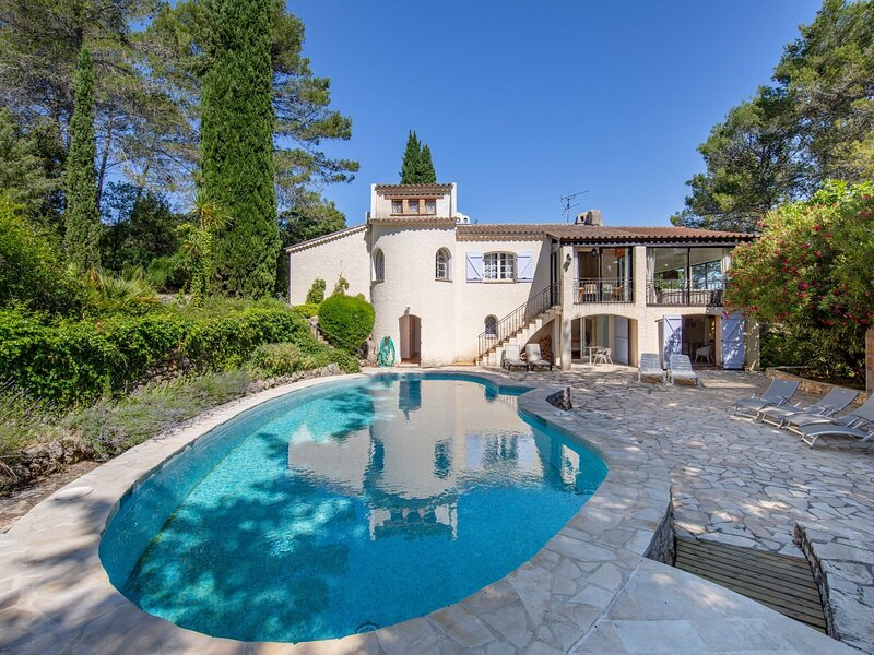 Classy villa in Lorgues with Terrace, Courtyard, holiday rental in Taradeau