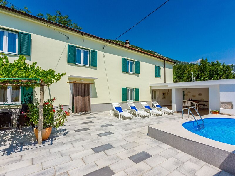 Nice house with swimming pool and terrace surrounded by nature, vacation rental in Zlobin