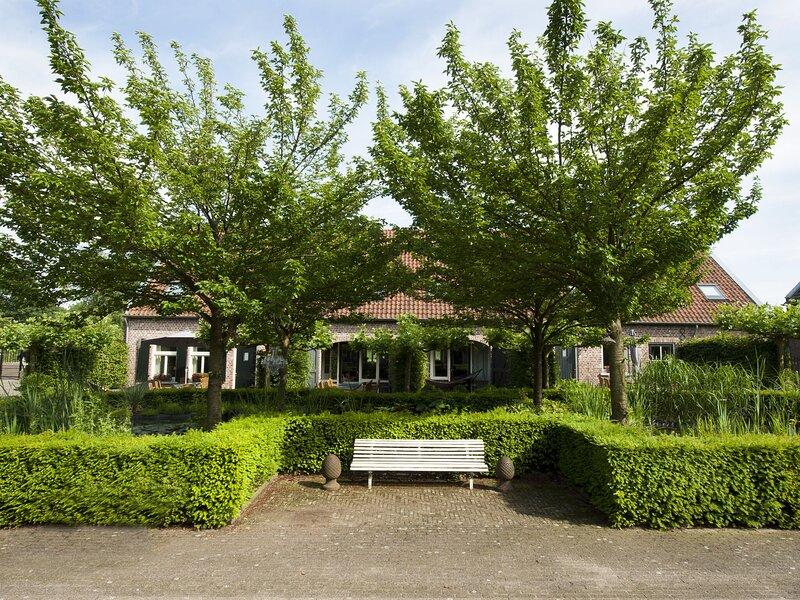 Flamboyant Farmhouse in Baarlo with Hot Tub, Garden, location de vacances à Arcen
