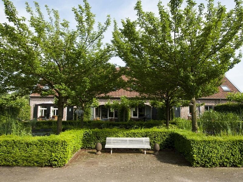 Romantic Holiday Home in Baarlo with Wood-fired Hot Tub, location de vacances à Kempen