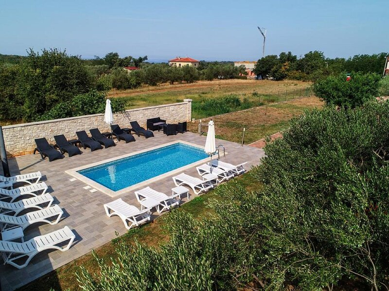 One bedroom apartment on the ground floor and with shared pool, holiday rental in Radini