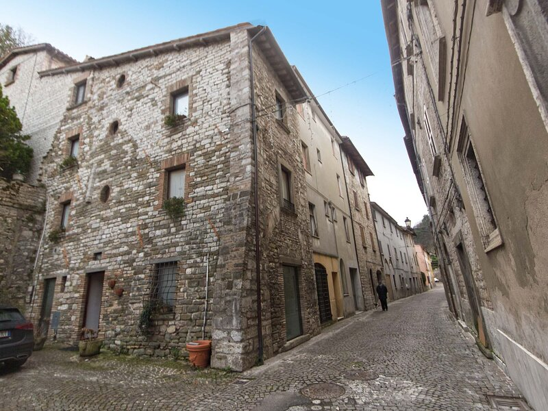 Rustic Holiday Home in Cantiano near Centre, holiday rental in Scheggia