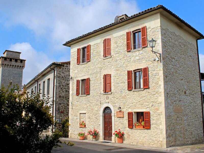 Magnificent Mansion in a small enchanted village, holiday rental in Rocca Ripesena