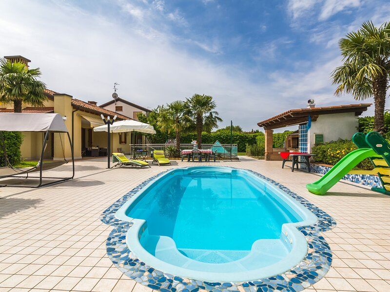 Beautiful holiday home in Zelarino (Venezia) with swimming pool, holiday rental in Martellago
