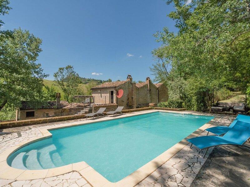 Splendid Villa in Santa Vittoria In Matenano with Pool, holiday rental in Comunanza