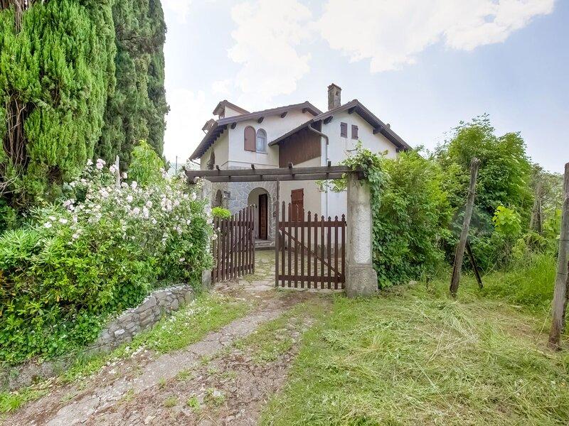 Soothing villa in Fivizzano with a private garden, alquiler vacacional en Comano