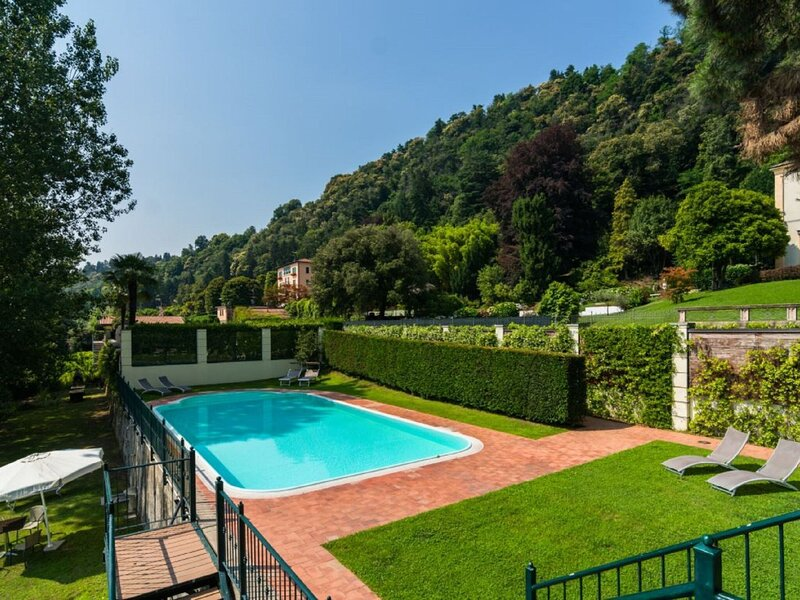 Lovely holiday home in Meina on Lake Maggiore, vacation rental in Dormelletto