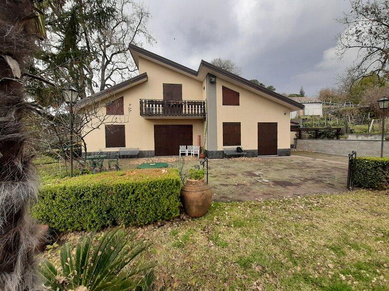 Elegant Holiday Home in Milo with Terrace, alquiler de vacaciones en Sant'Alfio