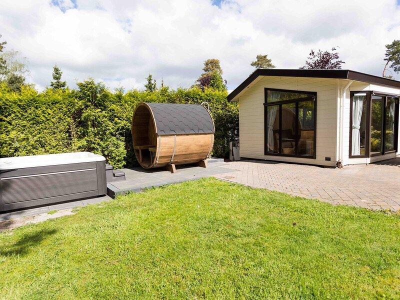 Nice chalet with sauna and jacuzzi, near De Veluwe, location de vacances à Renswoude