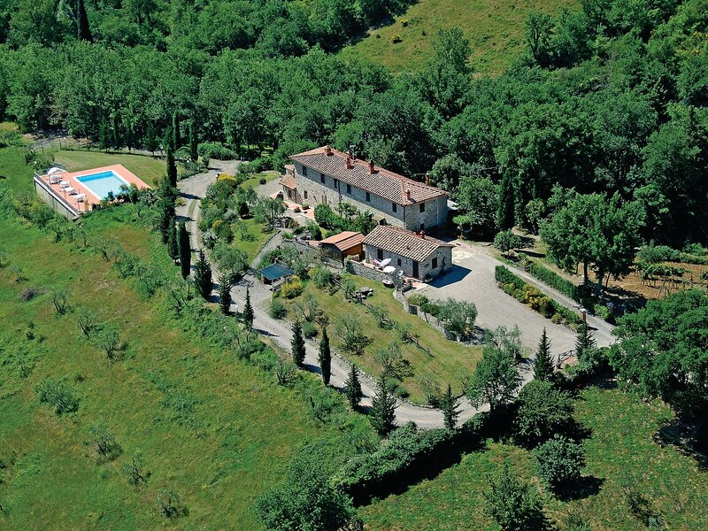 Sun-kissed Holiday Home in Gaiole in Chianti with Garden, holiday rental in Pievasciata