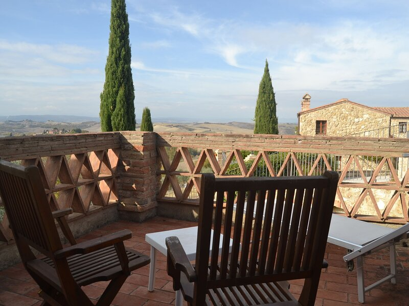 Apartment in the village of Asciano with 2 pools in the hills of Siena, vacation rental in Chiusure