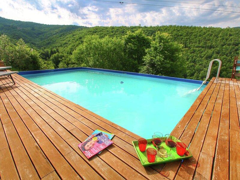 Striking Farmhouse in Cortona with Garden, holiday rental in Pierle