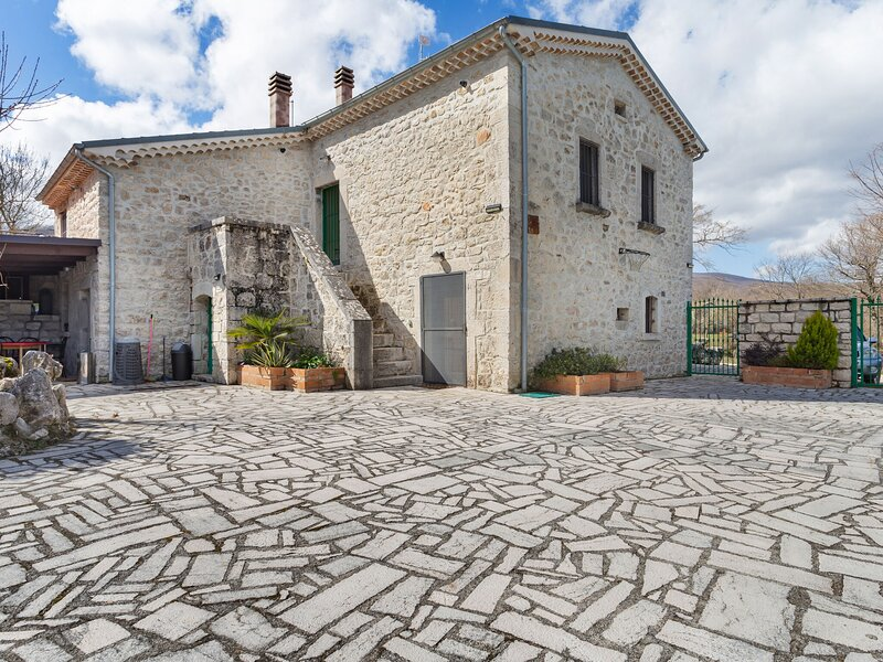 Valley-View Holiday Home in Sepino with Courtyard, holiday rental in Ferrazzano