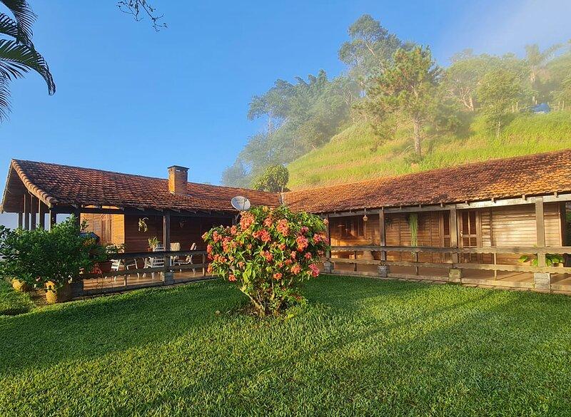 Petrópolis: sítio em madeira c/ piscina e churrasq, alquiler de vacaciones en Itaipava