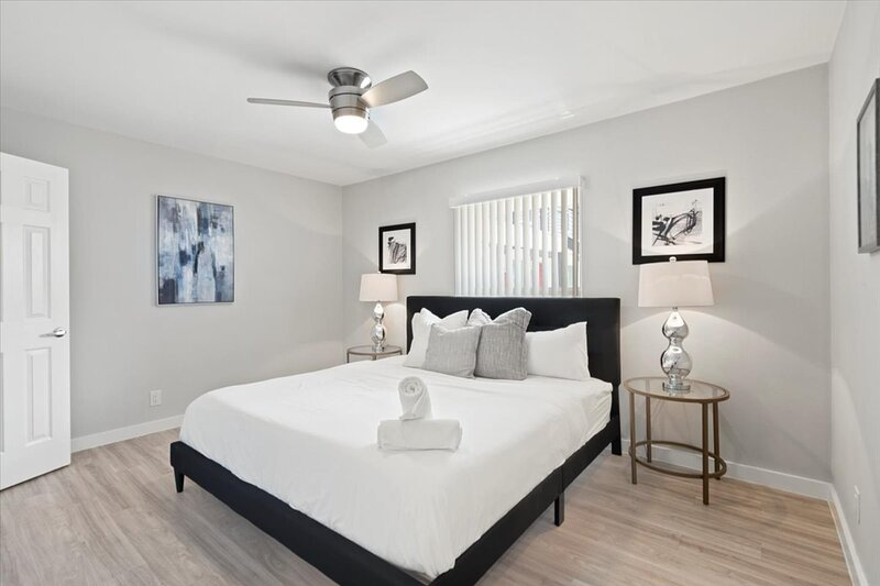 Stylish 2 Bedroom with Pool - Close to Mueller Lake Park + Shopping, holiday rental in Webberville