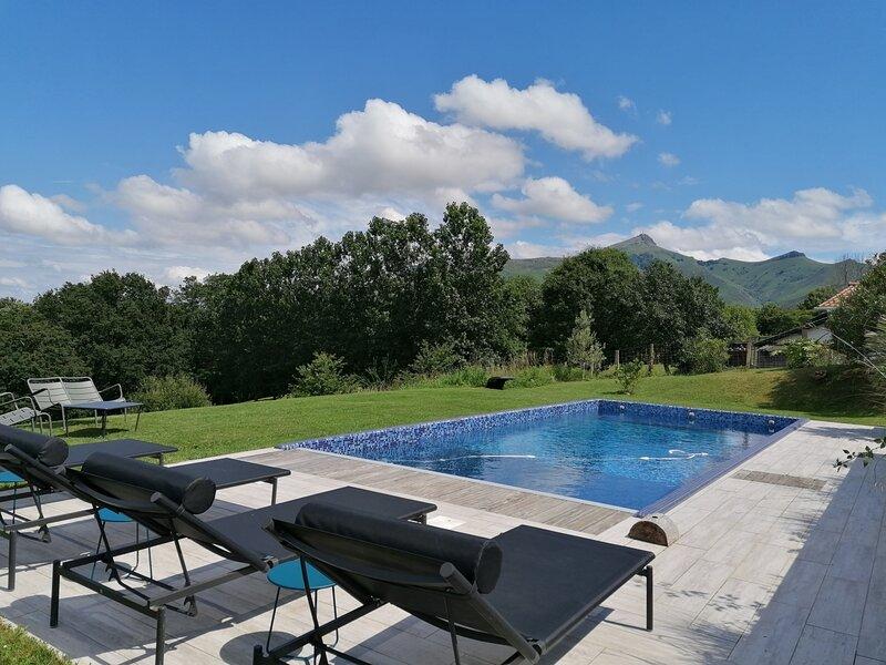Predoenea - vaste jardin et piscine privative, location de vacances à Urrugne