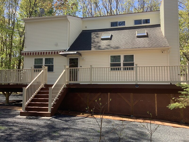 Beautiful home with EV charger in a gated lakeside community w/lots of amenities, vacation rental in Dingmans Ferry