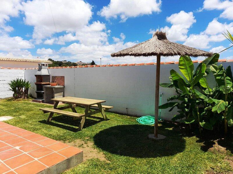 House with garden and barbecue for families and couples only B, aluguéis de temporada em Los Naveros
