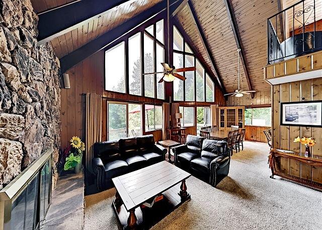 Dragon's Lair | Blue Jay Home with 2 Decks, Game Room & Lake Arrowhead Views, aluguéis de temporada em Lake Arrowhead
