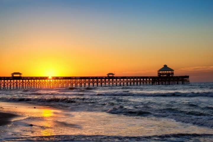 Fishing or strolling on the pier is fun, catch the sunrise every morning by staying at the beach!