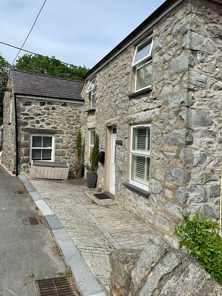 lovely dog friendly 6 bed family cottage to rent in Trefor on the Llyn Peninsula, vacation rental in Llanaelhaearn
