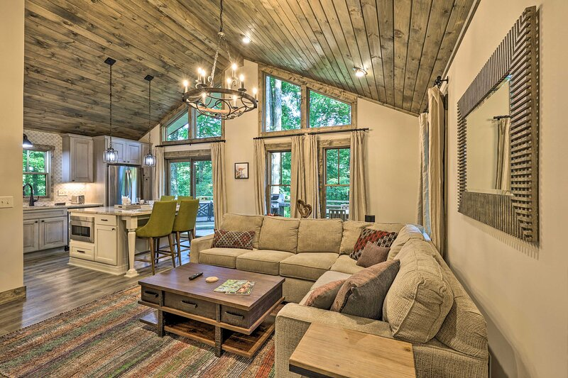 NEW! Luxe Cabin w/ Wraparound Porch & Pool Access!, location de vacances à Deep Gap