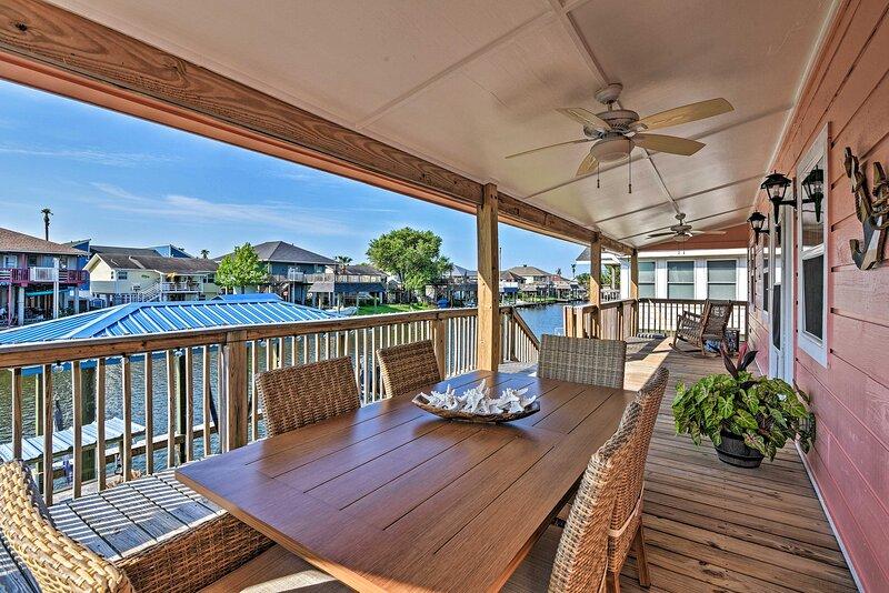 Hitchcock Waterside Home w/Dock: 5 Mi to Pier, casa vacanza a La Marque