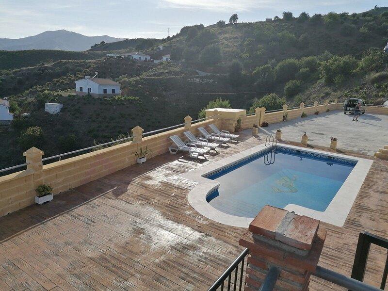 Amazing villa with swimming-pool, holiday rental in Benamocarra