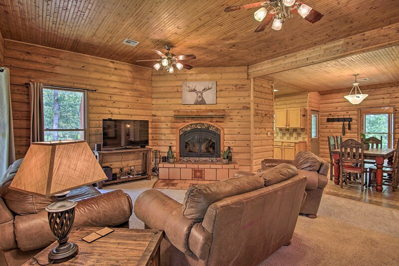NEW! 'Hilltop Hideaway' Vian Cabin w/ Covered Deck, holiday rental in Gore