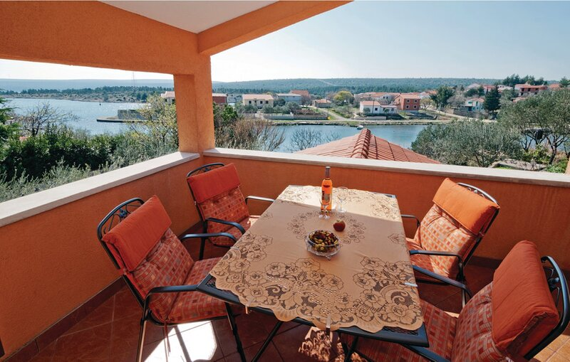 Obrovac–Krusevo, modern apt w. terrace & sea view, casa vacanza a Pridraga