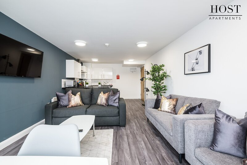 Spacious 3 Bed Apartment - 3 Ensuites - Netflix - Central, holiday rental in Bootle