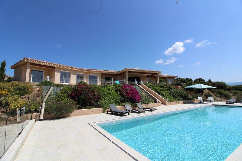 Belle villa  piscine et jacuzzi 10 pers avec vue sur le Golfe de Valinco, alquiler vacacional en Serra-di-Ferro