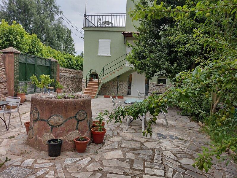 Ático con terraza y jardín (mascotas bienvenidas), holiday rental in Berceo
