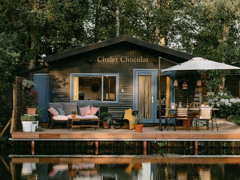 Dreamy chalet in Geel with a terrace on water and bbq, holiday rental in Rillaar