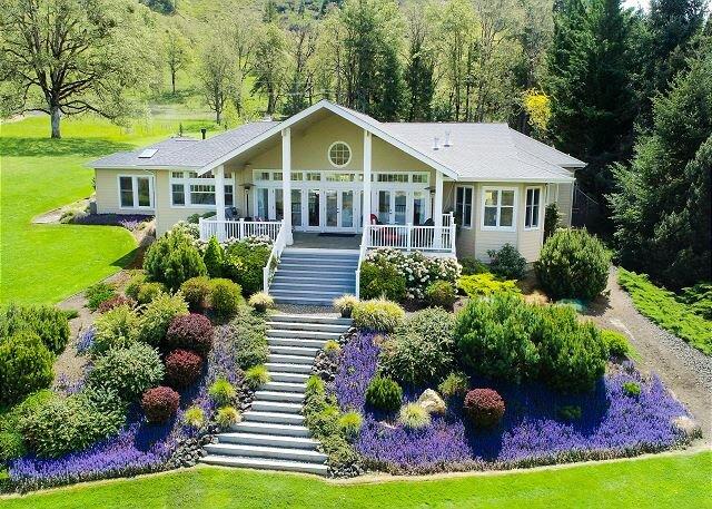 Luxe 2.64-Acre Estate | Huge Riverfront Deck | Chef's Kitchen & Home Office, location de vacances à Roseburg