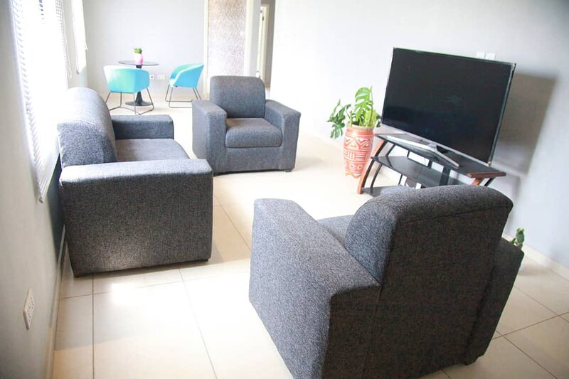 Captivating 2-Bed Ensuite Apartment in Accra, holiday rental in Kwabenya