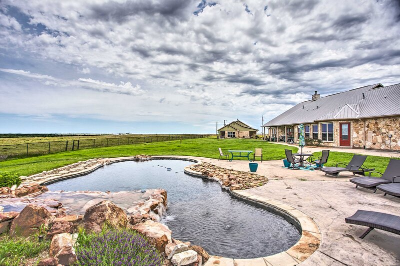 NEW! Rural Tioga Ranch on 200 Acres + Private Pool, holiday rental in Pilot Point