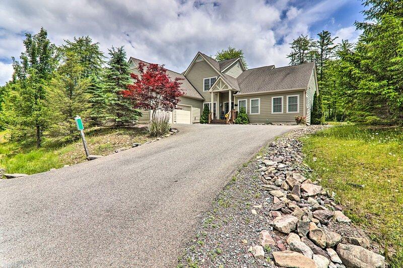 NEW! Large Family Home Near Pocono Lake w/ Deck!, casa vacanza a Pocono Pines