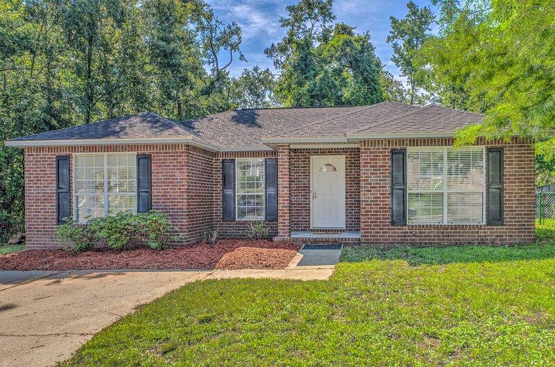 NEW! Cozy Pensacola Home w/ Yard: 10 Mi to Dtwn!, aluguéis de temporada em Milton