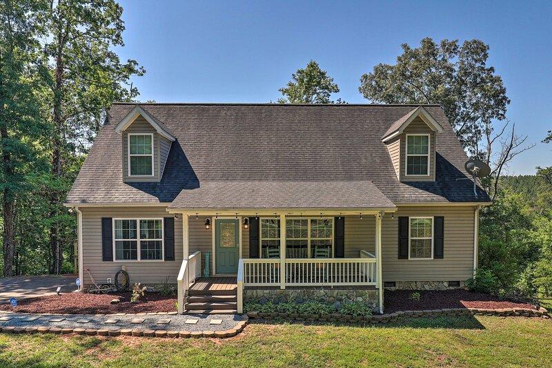 NEW! Updated Home w/ Deck + Fire Pit, Near Golfing, alquiler de vacaciones en Bostic