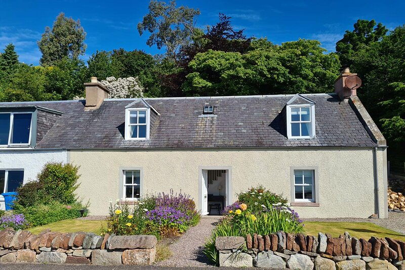 Shore front traditional cottage in Fortrose, holiday rental in Alness