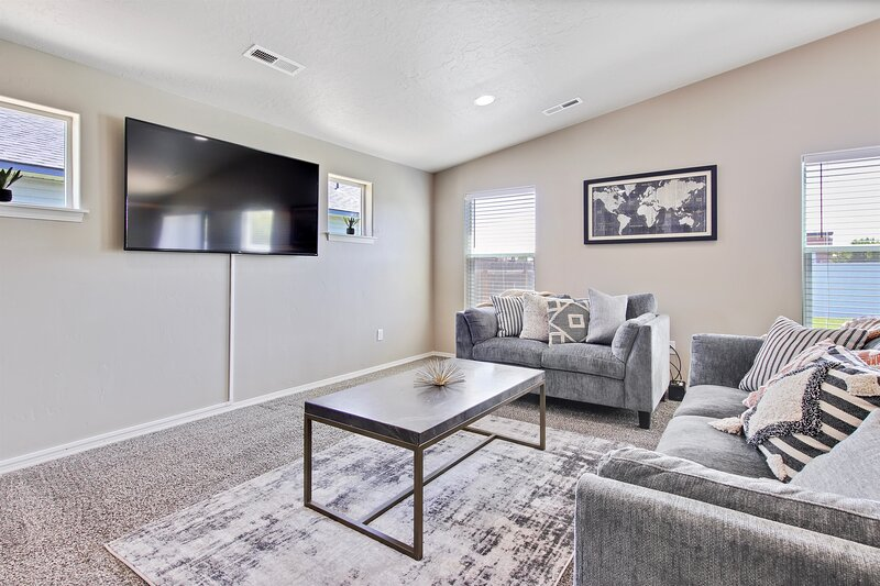 Modern & Luxurious Private 3 bedroom Boise home Russet, holiday rental in Huston