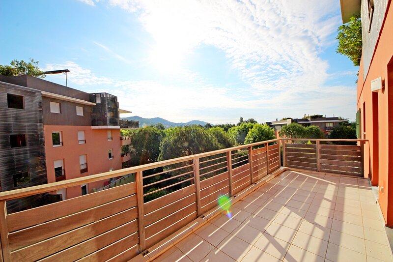 AGAY RIVE NATURE T3- 513la 3ème étage, terrasse couverte, lumineux, location de vacances à Anthéor